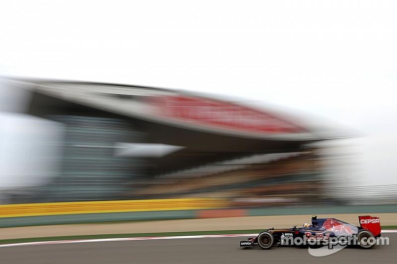 Пилотам Toro Rosso помешали красные флаги