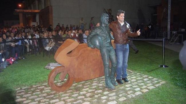 Checa celebrato in patria con una statua