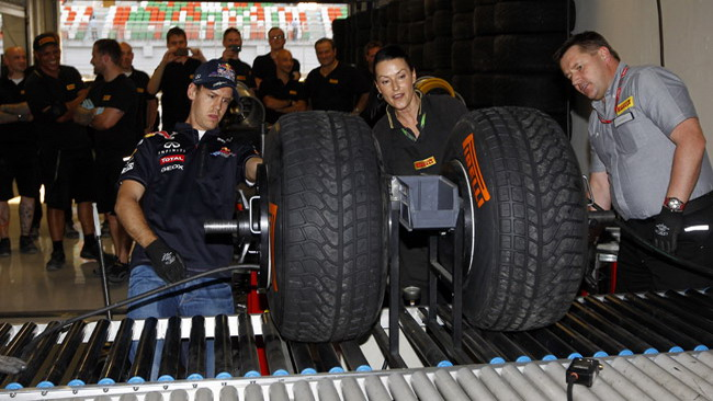 Vettel batte Hembery nel montaggio delle gomme