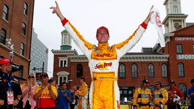 Ryan Hunter-Reay vince e porta la sfida all'ultima gara