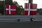 Le bandiere danesi a Tertre Rouge per Simonsen