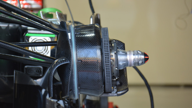 La McLaren ha aperto i cestelli dei freni anteriori
