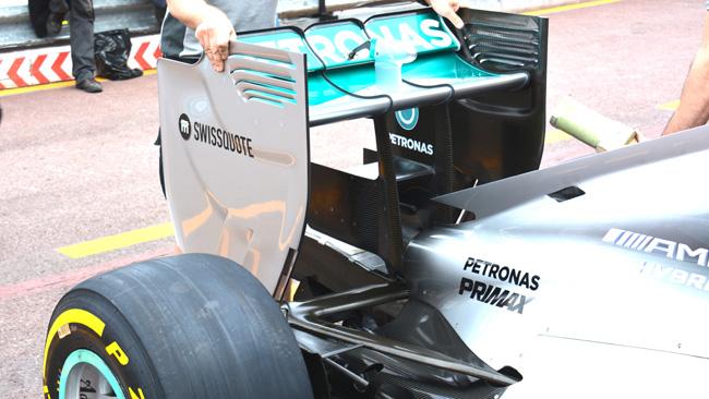 La Mercedes con un monkey seat maggiorato