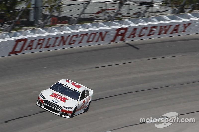 Keselowski logra la pole position en Darlington