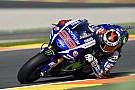 Lorenzo in ronderecord naar pole, Rossi valt in Valencia