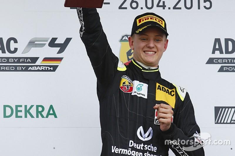 Alvo de times da F1, filho de Schumacher guia com Hamilton