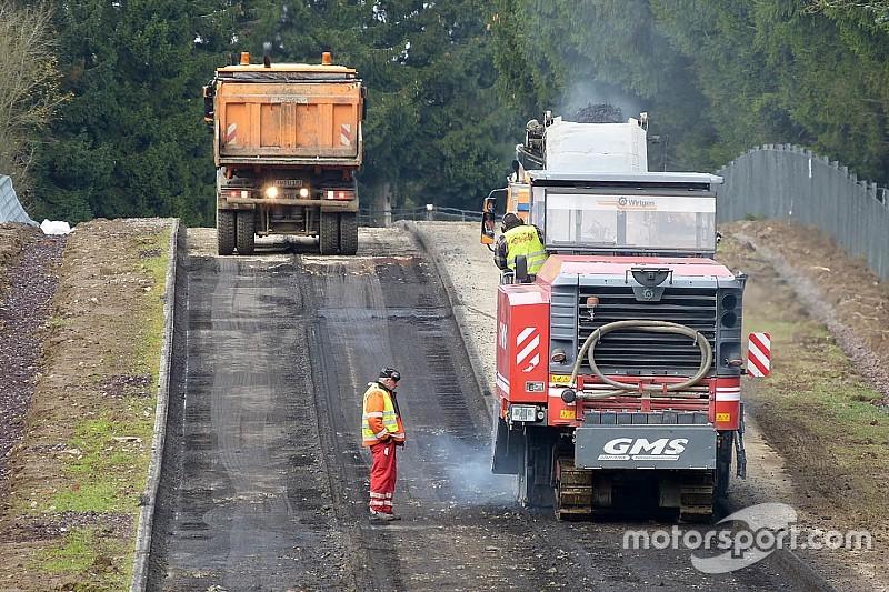 Erste Asphaltarbeiten: Die Nürburgring-Nordschleife als Baustelle