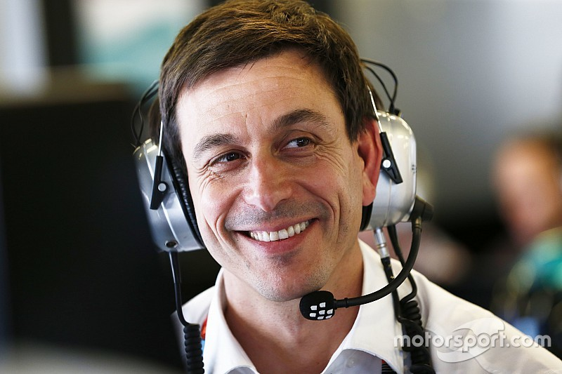 В Mercedes ответили Red Bull на карикатуру с раздавленным Вольфом