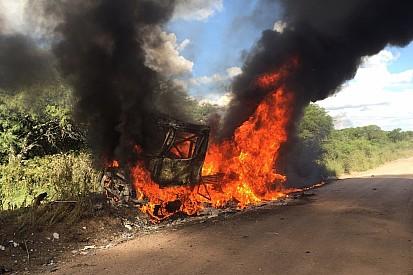 Un camión de Renault sale del Dakar en llamas