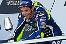 Rossi dá troféu ganho na Espanha a menino com câncer