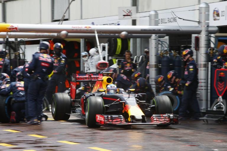 A boxutcában úgy tűnt, mintha a Red Bull egy kamu kerékcserét csinálna, mint a Mercedes