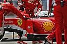 Videón, ahogy Vettel és Hamilton majdnem összeütközik egymással a bokszban