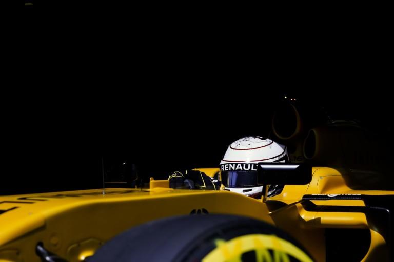 Az FIA is tud még újat mutatni: hanggenerátor és zseb az overálon a sisakfóliának?