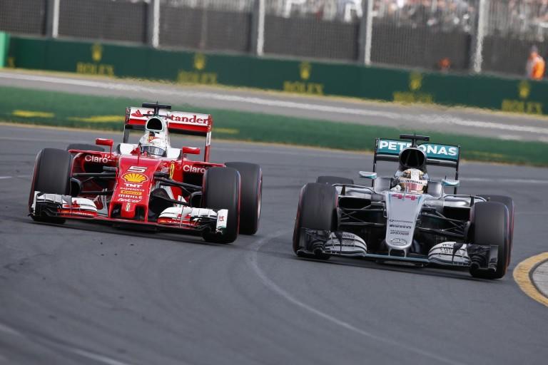 Hamilton nem irigyli Vettelt, hogy egy Ferrariban ülhet
