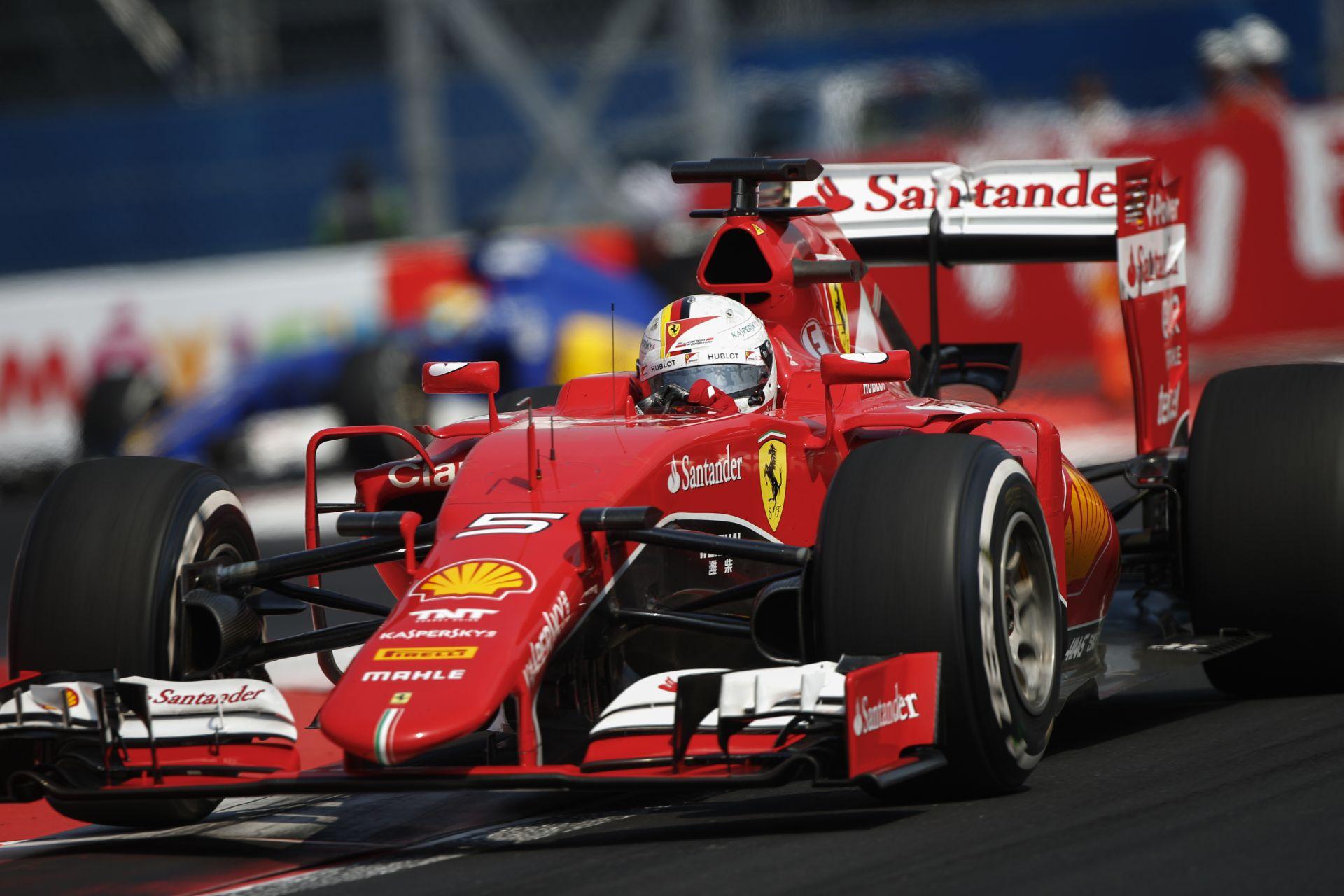 Videón Vettel durva és szándékos kanyarlevágásai: érdekes, hogy emiatt nem kapott büntetést