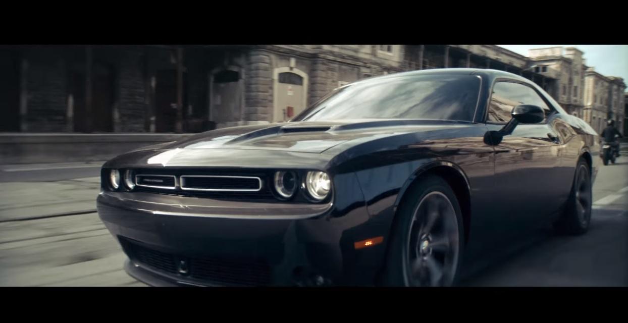 Vettel eddigi legjobb reklámfilmje: egy Dodge Challengerrel küldte neki