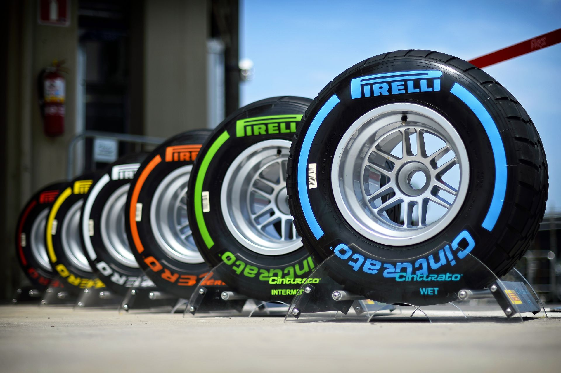 Ők tesztelnek a következő héten Abu Dhabiban: Vettel és Raikkönen is mozgásba lendül