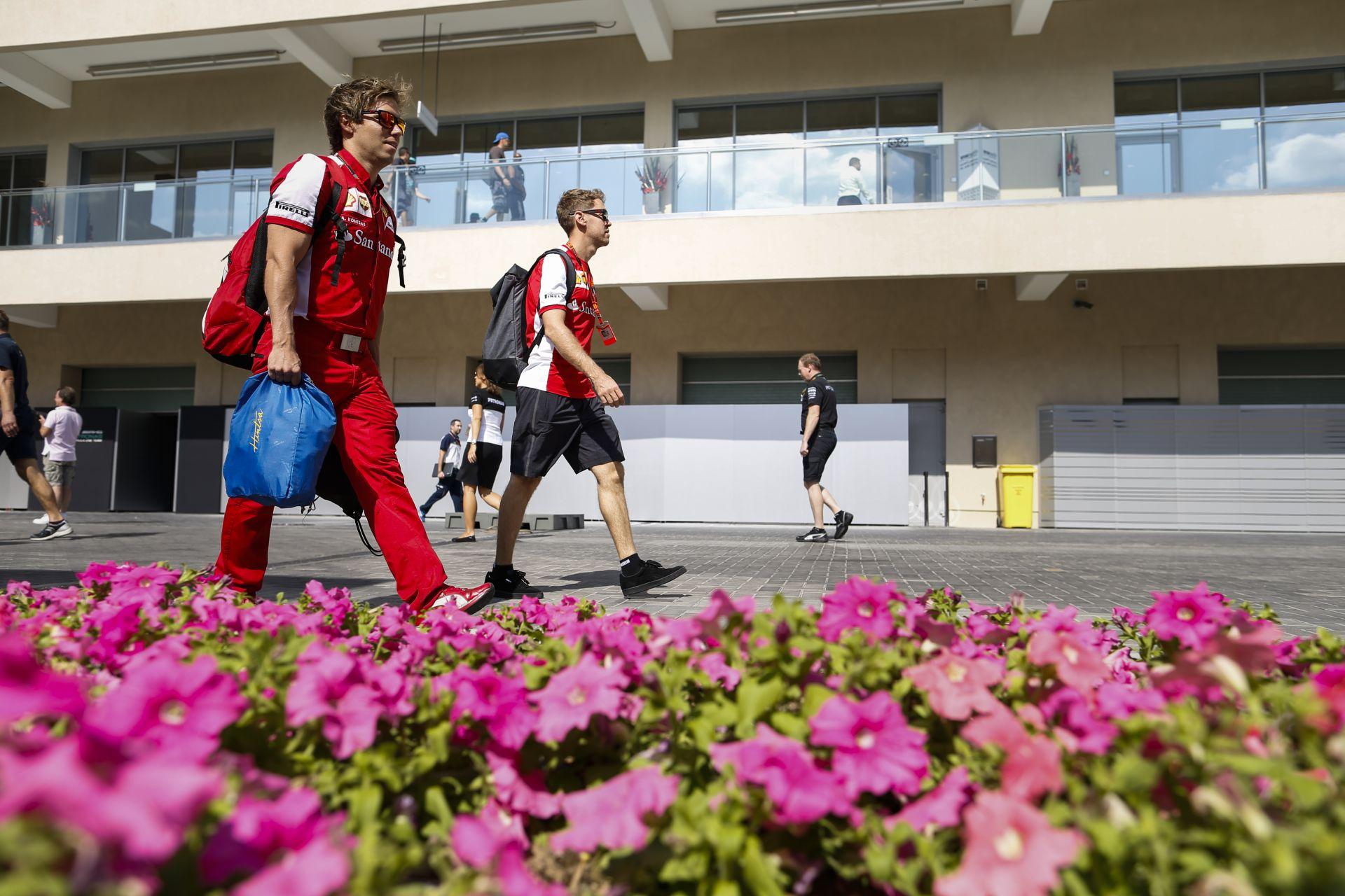 Fénycsíkot kapott Vettel sisakja Abu Dhabira: ragyogó alkotással zárja az első ferraris évet