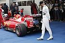 """Újabb képeken, ahogy Hamilton """"kémkedik"""" a Ferrarinál: milyen gondolatok járhattak a fejében?"""