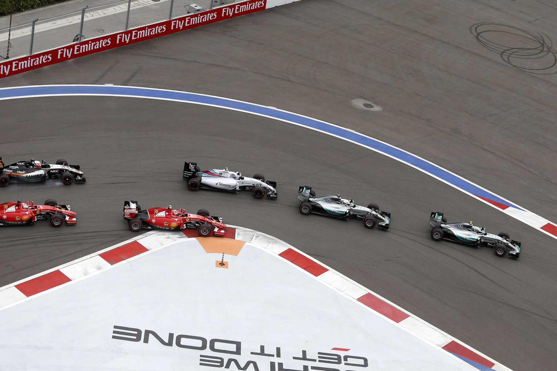 Belső kamerás felvételek az Orosz Nagydíjról csaták közben: Vettel-Kimi és a többiek