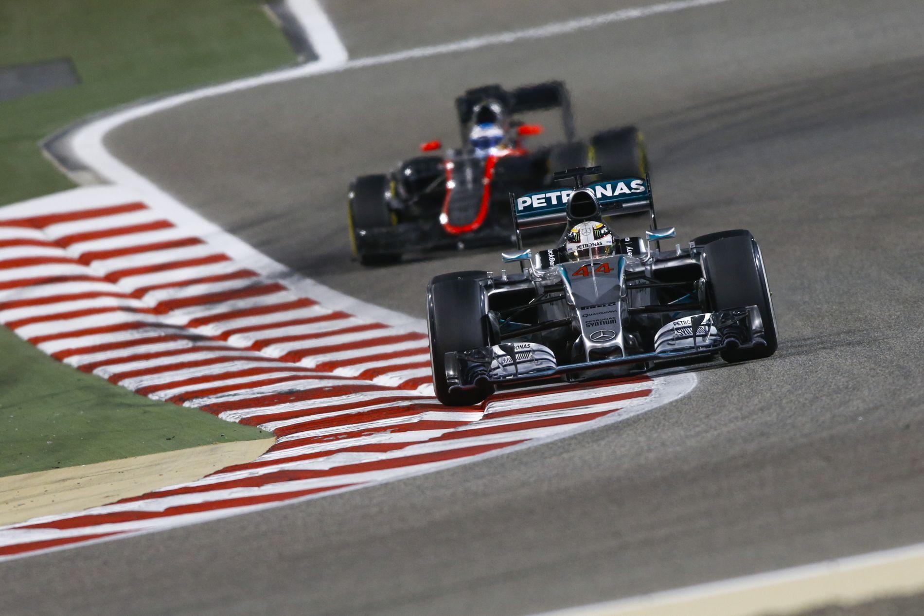 Hamilton nem veszi észre a McLareneket, amikor elmegy mellettük
