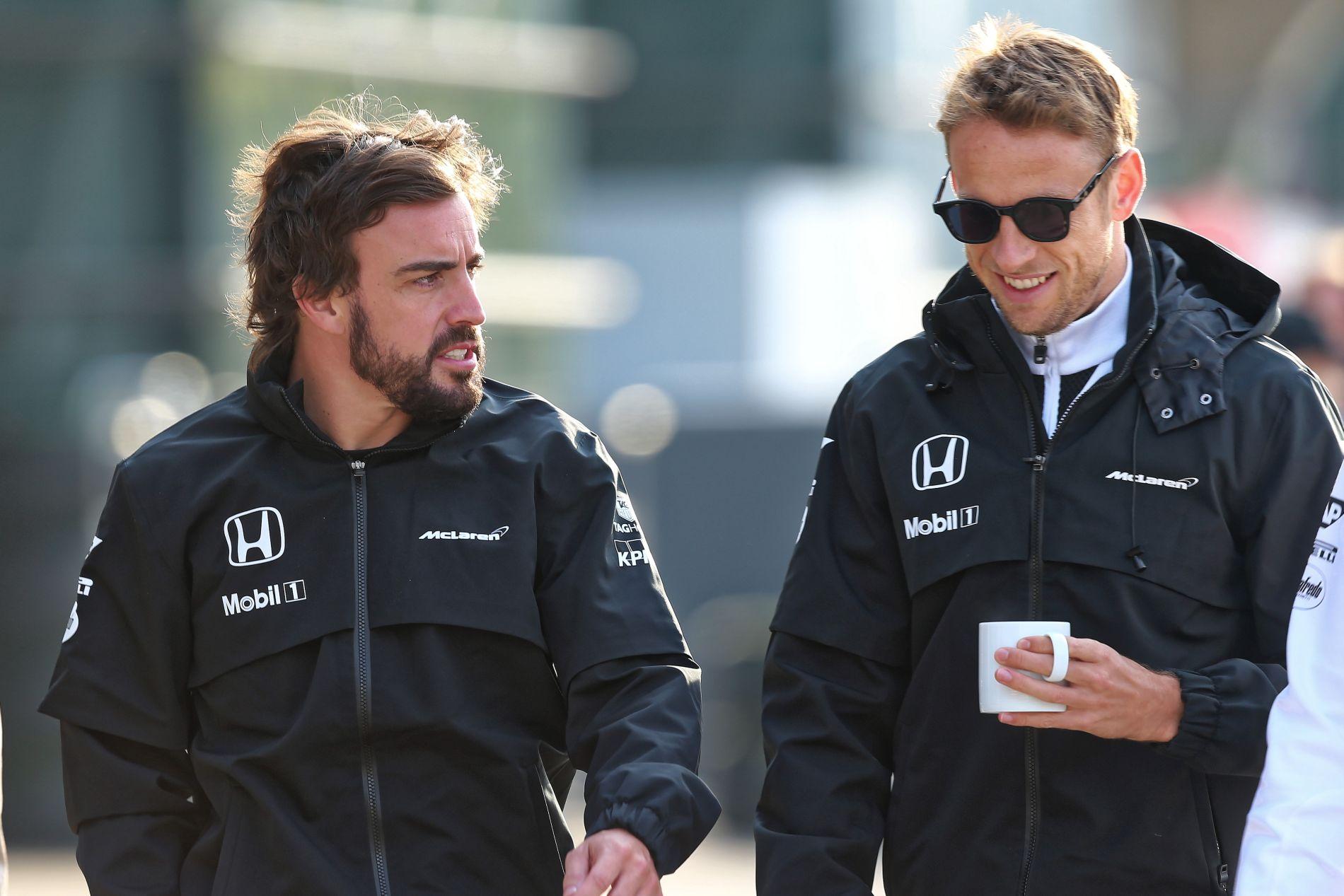 Alonso még mindig hisz benne, hogy bajnok lehet, Button pedig szorít neki, hogy így legyen