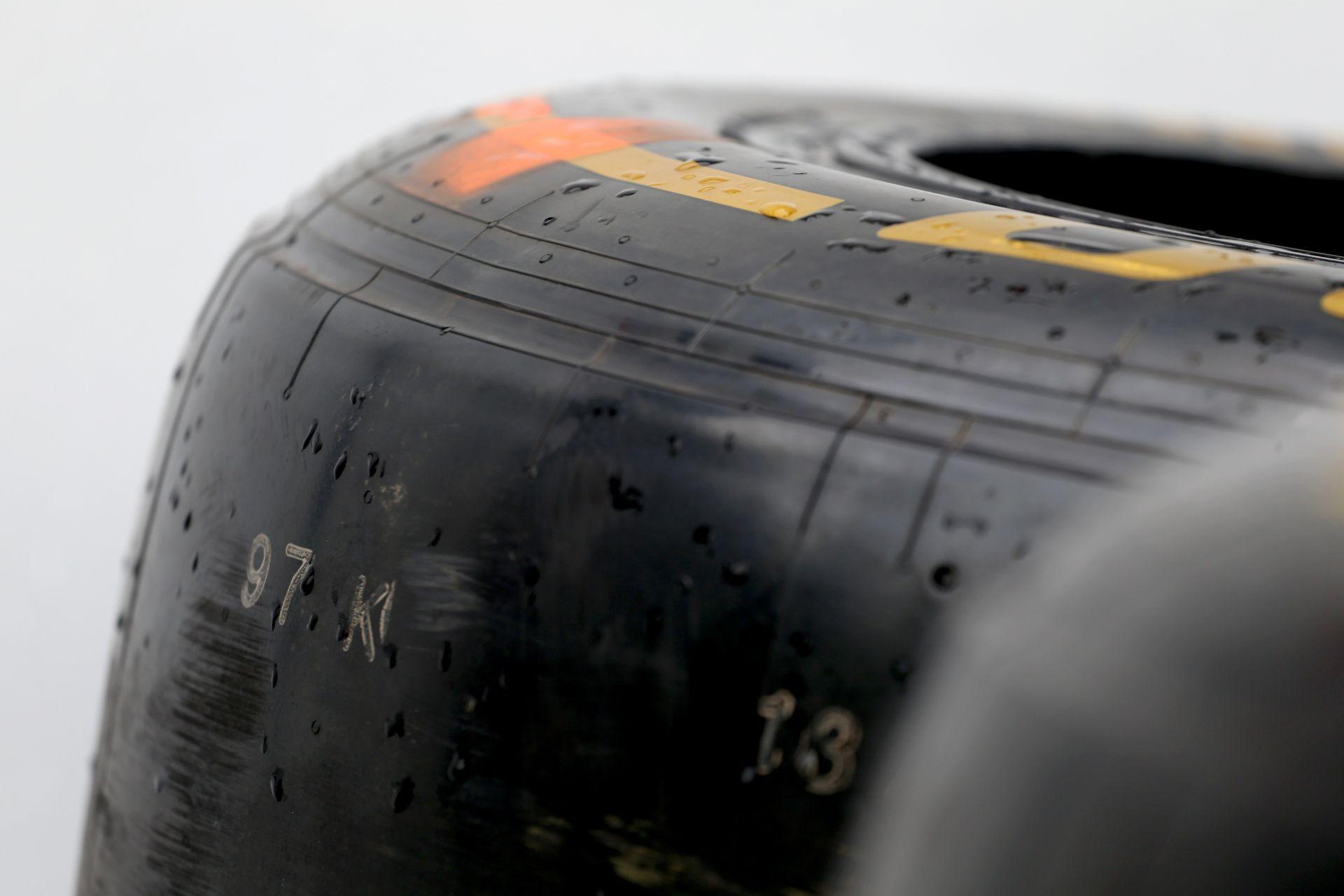 Ecclestone dönt, hogy ki lesz a Forma-1 gumibeszállítója: Pirelli vagy Michelin?
