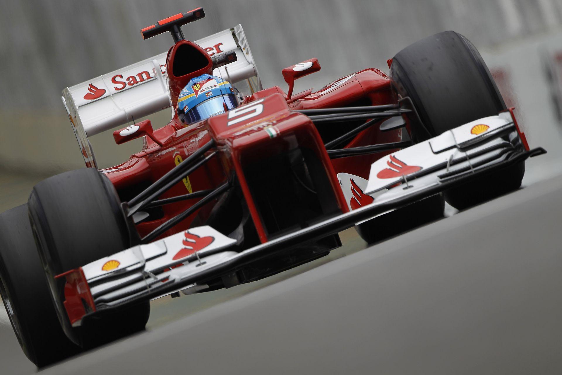 Az első éles kép és videó Sebastian Vettel pályára gurulásáról a Ferrarival: Fehér sisakban a négyszeres világbajnok! Új korszak