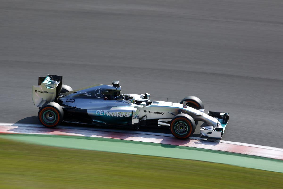 """Hamilton a falban, oda a gép bal eleje: """"Vettük Lewis, látjuk a képeket"""""""