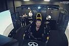 Így vezet F1-es szimulátorral Keanu Reeves
