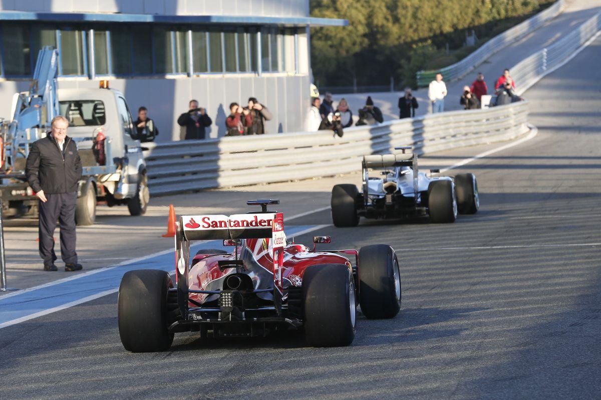 A Mercedes behúzott kézifékkel autózik, a Ferrari szépet ugrott télen