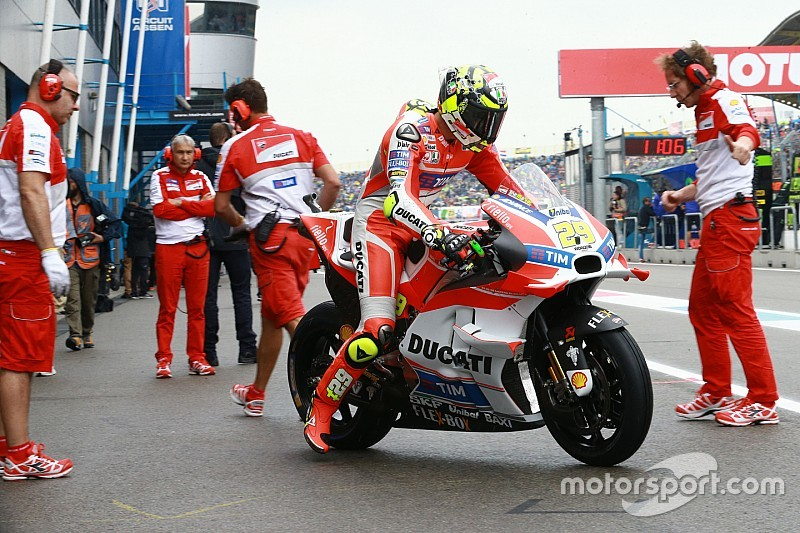Iannone en Dovizioso aan kop in halfnatte warm-up Dutch TT