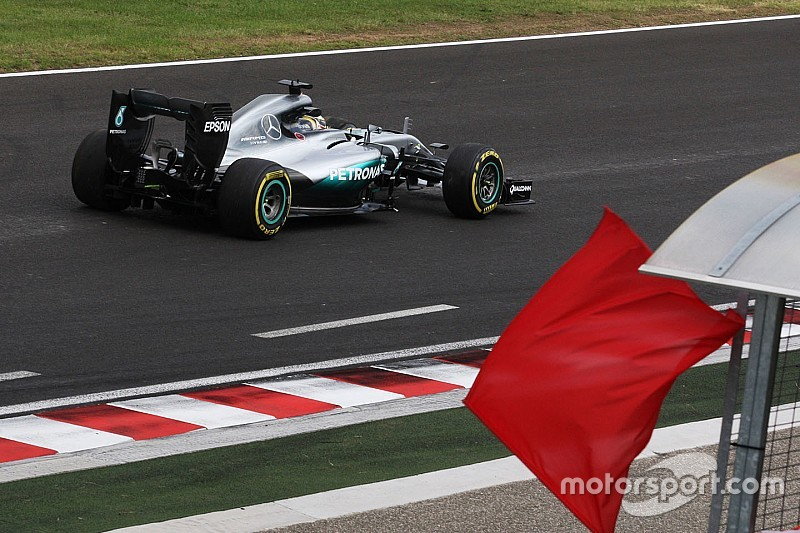 Hamilton wijst nieuwe kerbstones aan als oorzaak van crash