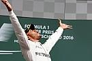 Lewis Hamilton se divierte en Barbados con una súper modelo