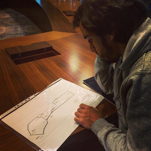Alonso elmélyülten tanulmányozza az azeri pálya vonalvezetését