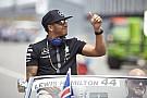 Közelről Hamilton nagyon menő motorja Monacóból