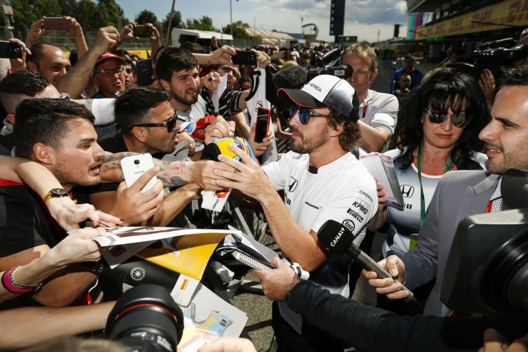 Alonso és Button szelfi Monacóban a rajongókkal!