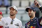 Egy sokatmondó pillantás Ricciardo és Button között!