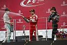Egy elkapott pillanat: Vettel orrba is nyomta a pezsgőt