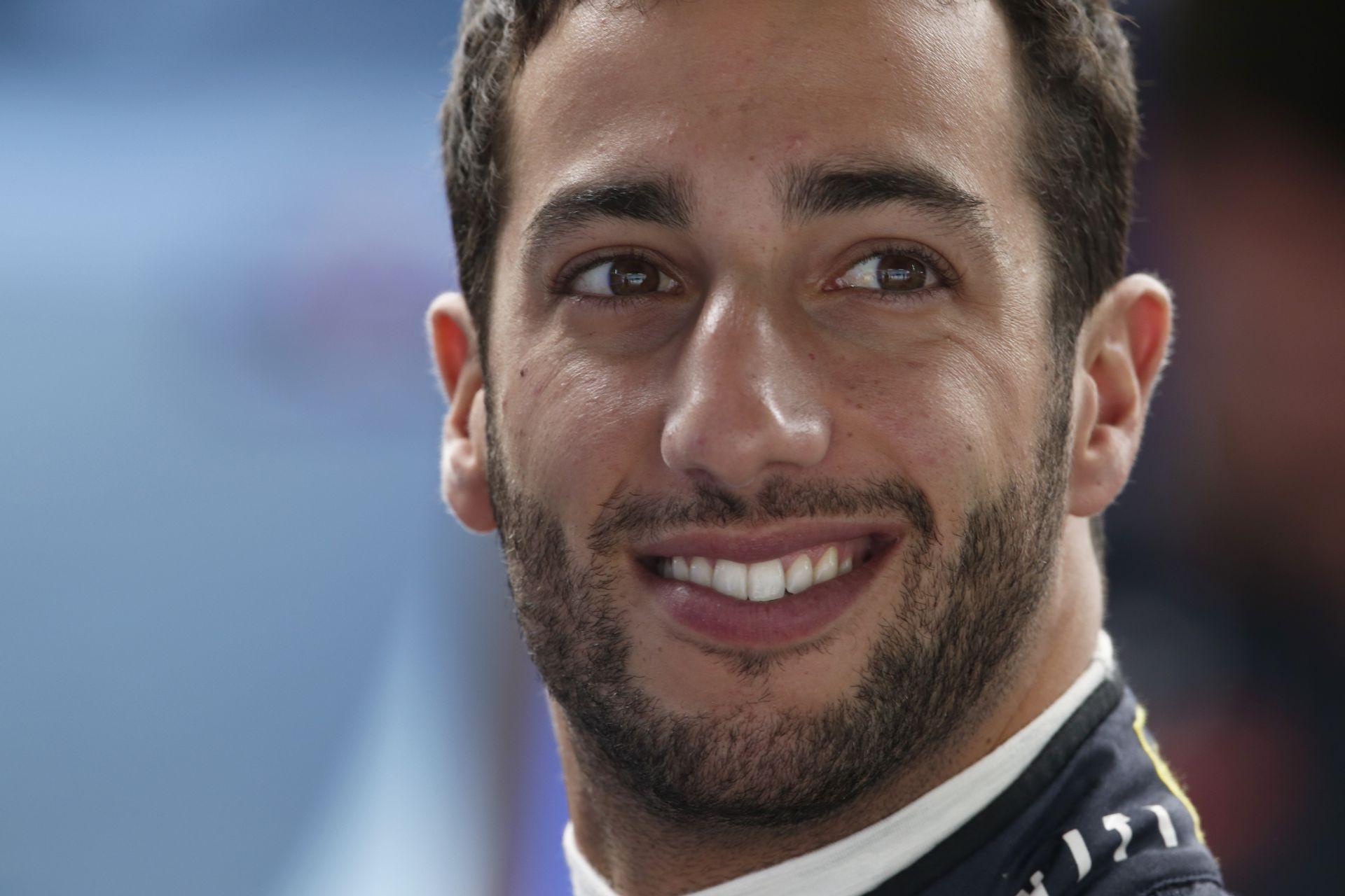 Durva, hogy Ricciardo mennyire nem tud énekelni - akkor miért próbálkozik?!