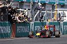 Ricciardo wint in Sepang ten koste van Verstappen, drama voor Lewis Hamilton