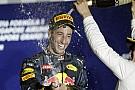 Szenzációs: Ricciardo mindenkit megitatott a dobogón, a cipőjéből…