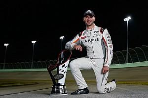 NASCAR XFINITY Noticias de última hora Daniel Suárez recibe su trofeo de campeón de la Xfinity Series