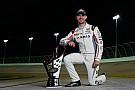 NASCAR XFINITY Daniel Suárez recibe su trofeo de campeón de la Xfinity Series