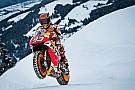 In beeld: Na Verstappen scheurt ook Marquez door de sneeuw