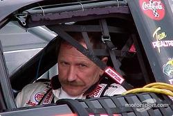 Dale Earnhardt en el auto antes de la clasificación