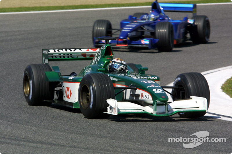 Едді Ірвайн (Jaguar Cosworth) і Жан Алезі (Prost Acer)