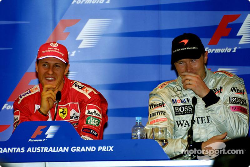 Divirtiéndose en la conferencia de prensa: Michael Schumacher y Mika Hakkinen
