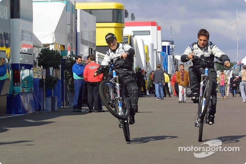 Fernando Alonso y Tarso Marques probando la nueva bicicleta Minardi