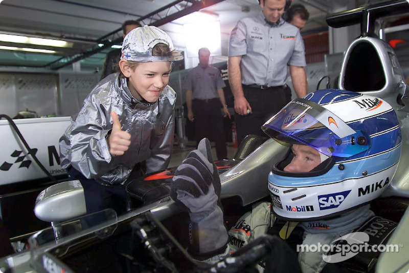 Mika Hakkinen at the set of the MobileKids TV trailer, together with young actor Konstantin Königsb